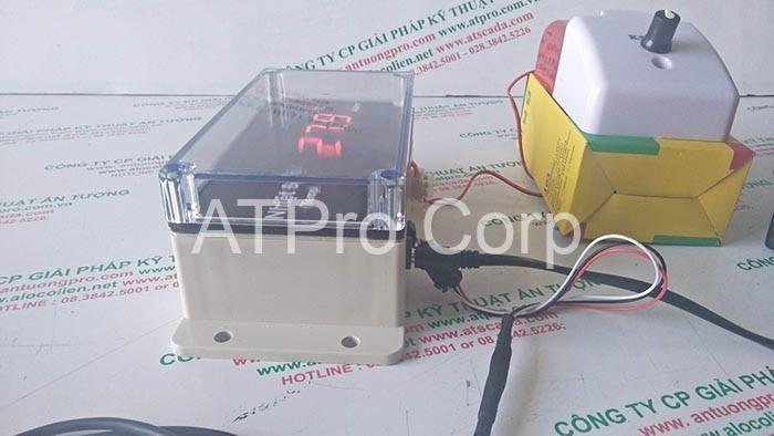 cạnh trái thiết bị giám sát nhiệt độ